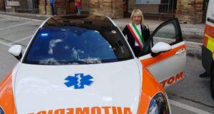 Il sindaco Rosa Piermattei con uno dei mezzi di soccorso impegnati nella manifestazione