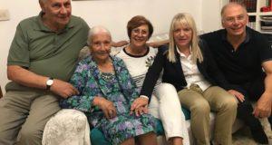 La signora Silvia con i figli e il sindaco Rosa Piermattei