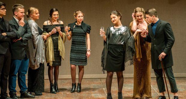 Ragazzi sul palco del Feronia al termine del primo Laboratorio teatrale