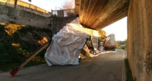 Il rimorchio ribaltatosi sotto il ponte ferroviario