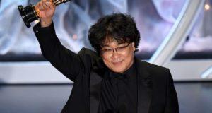 Bong Joon - ho alza la statuetta dell'Oscar