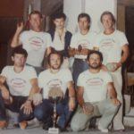 Gianni (al centro, accosciato) con una delle più forti squadre di ruzzola di Serralta
