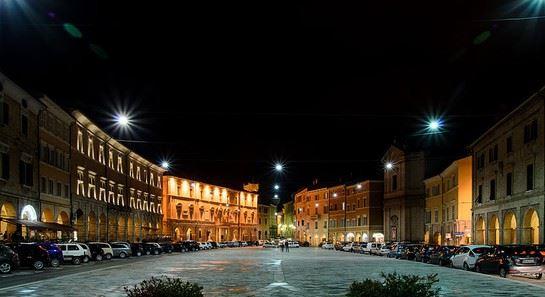 Piazza del Popolo con il municipio ben illuminato: sabato 28 marzo rimarrà spento per un'ora