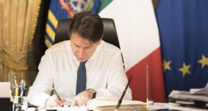 Il premier Giuseppe Conte firma il nuovo Decreto