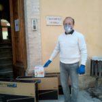 L'imprenditore edile Zaganelli consegna i televisori alla Casa di riposo