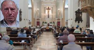 I funerali alla Madonna dei Lumi e, nel riquadro, Americo Simoncini
