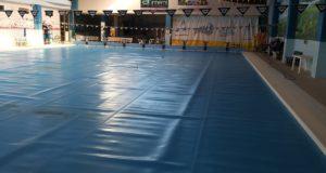 Piscina coperta dai teli durante la chiusura