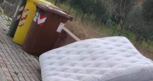 Un'immagine d'inizio marzo pubblicata su Facebook: a San Severino c'è chi si comporta così!