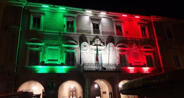 Il municipio illuminato di verde, bianco e rosso