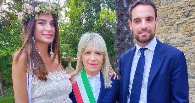 Gli sposi con il sindaco Rosa Piermattei