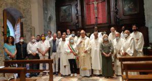 Foto di gruppo dopo la riapertura della chiesa