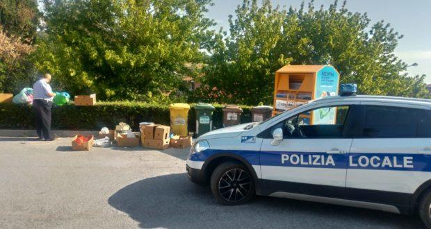 Polizia locale in azione per far rispettare le regole sui rifiuti