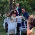 Il sindaco e gli sposi nel giardino di Villa Teloni