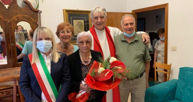 La signora Silvia con i figli Anna Maria e Gianni, con il sindaco e il carrdinal Menichelli