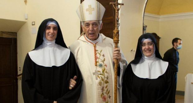Le due neoprofesse assieme al cardinal Menichelli