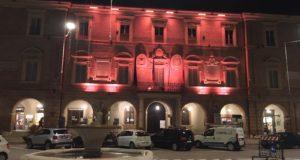 La facciata del Municipio illuminata d'arancione