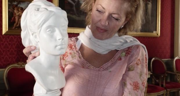 Foto: Lucia Palma con l'opera di Ercole Rosa