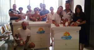 I fasciatoi donati al reparto con mamme, papà e i loro bebè