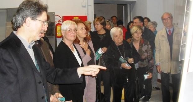 Un momento dell'inaugurazione della mostra con Paolo Gobbi e Donella Bellabarba in primo piano