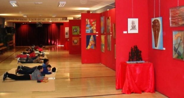 Bambini all'opera di fronte ai dipinti di Arbell