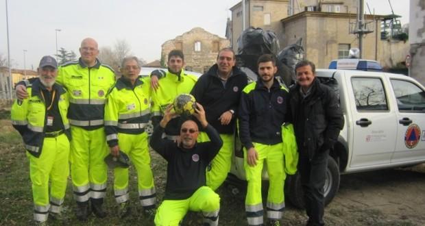 Alcuni dei volontari impegnati al Ponte Sant'Antonio assieme al sindaco Martini