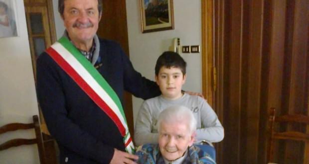 I 100 anni di Maria Sassaroli. Con lei il sindaco di allora, Cesare Martini, e il pronipote Manuel
