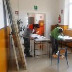 Genitori impegnati nella stuccatura delle porte