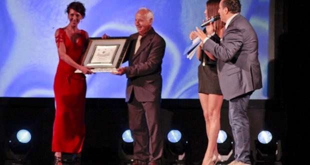 Laura Della Mora premiata dal presidente Leonori al Gran galà della moda (foto d'archivio)