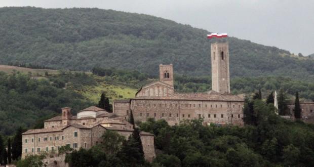 Vessilli biancorossi in cima alla torre del Castello