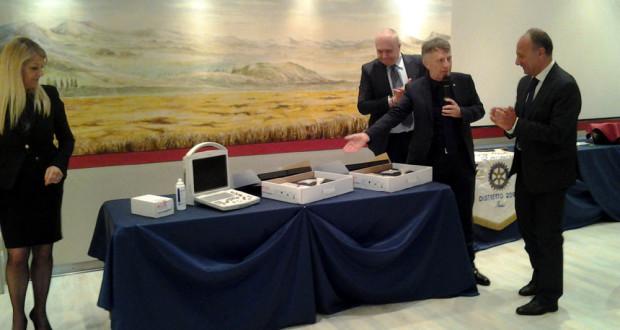 La consegna dell'ecografo al dottor Giorgetti