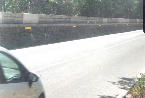 """Il muretto che separa ferrovia e strada in un tratto della """"361"""" tra San Severino e Castelraimondo"""