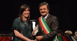 La neo diciottenne settempedana Marta Palmucci con il sindaco Martini