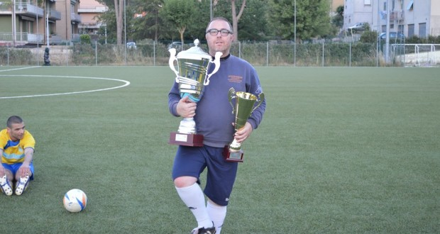 Mister Malasisi alza il trofeo