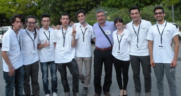 Il professor Cipolletti, responsabile del progetto per l'Itis, con i suoi studenti