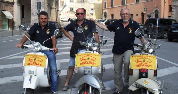 Cetoretta (al centro) con gli amici di tante avventure in Vespa: Pezzanesi a sinistra, Savi a destra
