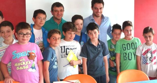 Giacomo Bonaventura con l'assessore allo Sport, Gianpiero Pelagalli, e alcuni piccoli fans alla premiazione dello Sportivo settempedano 2013
