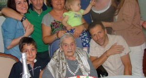 La festa dei 100 anni di Antonia Cetoretta assieme a nipoti e pronipoti