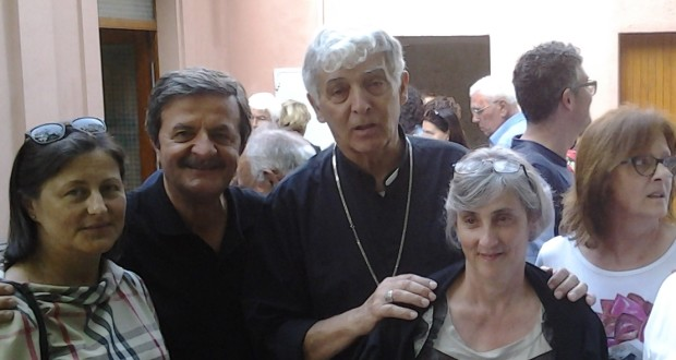 Mons. Edoardo Menichelli assieme al sindaco Martini, a familiari e amici nel cortile della chiesa di Serripola