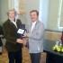 Il sindaco Martini consegna la targa a Fornoni