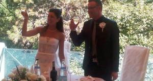 Gli sposi Jenni e Lorenzo brindano alla loro unione