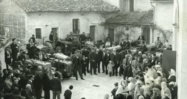 """Foto storica della piazzetta in festa per la """"Giornata del Ringraziamento"""" con la benedizione dei trattori"""
