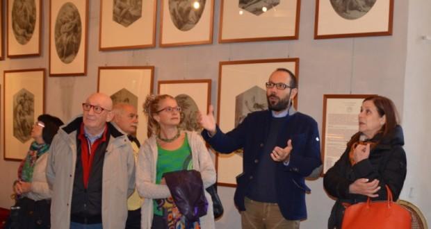 Anny Lazzari (a destra) ammira la collezione Bigioli nel piano nobile del palazzo comunale, guidata dall'avvocato Francesco Rapaccioni