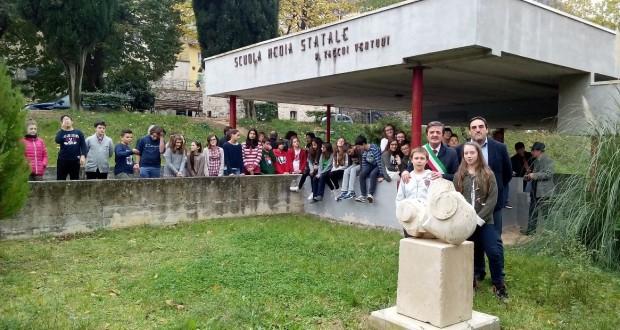 All'esterno della scuola ora c'è anche un'opera di Balducci