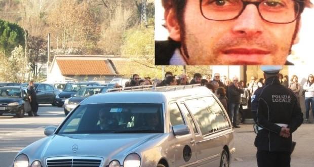 Tantissime persone si strinsero attorno alla famiglia per l'ultimo saluto a Mirko