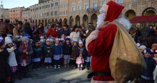 I bambini in piazza incontrano Babbo Natale