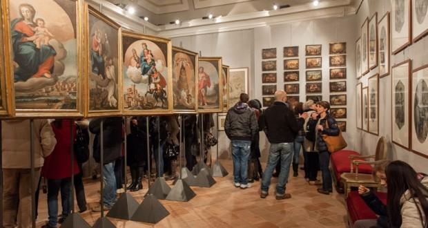 I partecipanti alla prima edizione mentre visitano la Galleria d'arte modena, in municipio