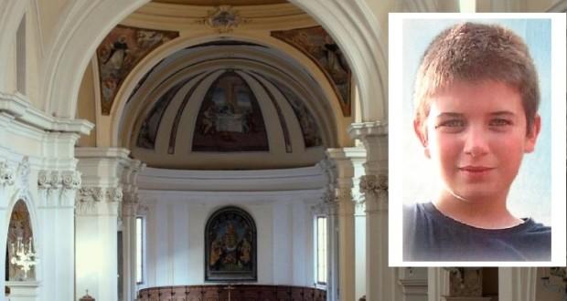 La chiesa di San Domenico e, nel riquadro, la foto di Simone scelta dalla famiglia per i manifesti funebri