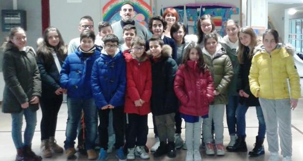 Il Consiglio comunale dei ragazzi assieme al Dirigente scolastico, Sandro Luciani