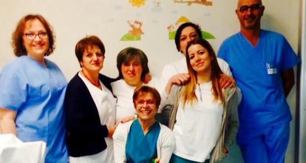 L'équipe in servizio a Capodanno e, seduta (al centro), l'ostetrica in servizio nel pomeriggio, Diana Di Stefano