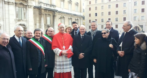 Il cardinale Menichelli con il sindaco Martini e altre autorità, in Vaticano, subito dopo la nomina di Papa Francesco